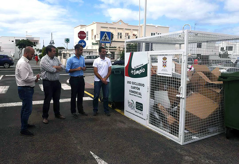 San Bartolomé starts an environmental awareness campaign and places cages for the collection of commercial cardboard.