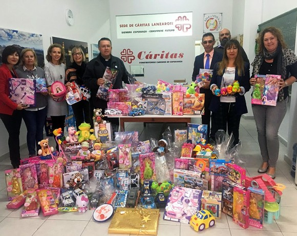 ASOLAN delivers to Cáritas Lanzarote the toys collected in its last campaign